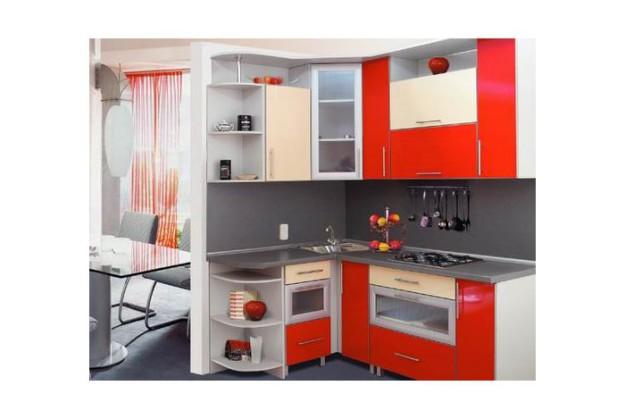 Угловая кухня с радиусными полками