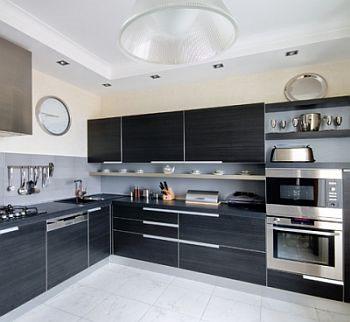 Угловая кухня с современным минималистичным дизайном