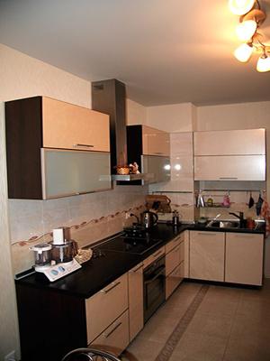 Угловая кухня с темным корпусом