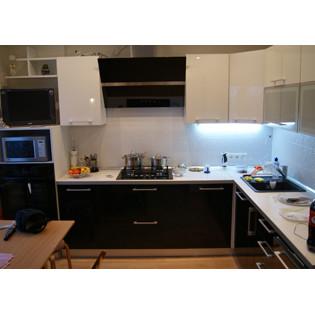 Угловая кухня со встроенной подсветкой