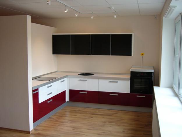 Угловая кухня трехцветная