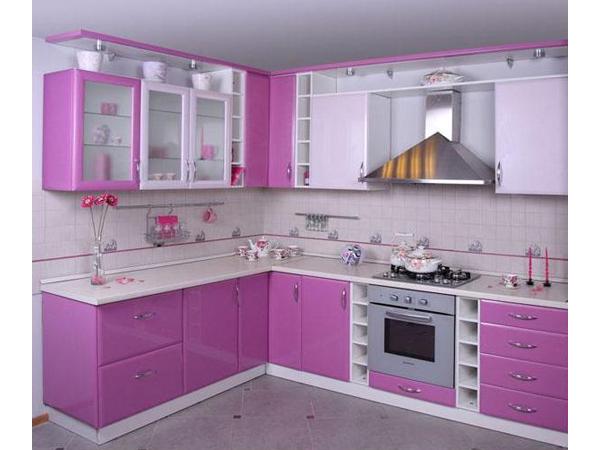 Угловая кухня ярких оттенков