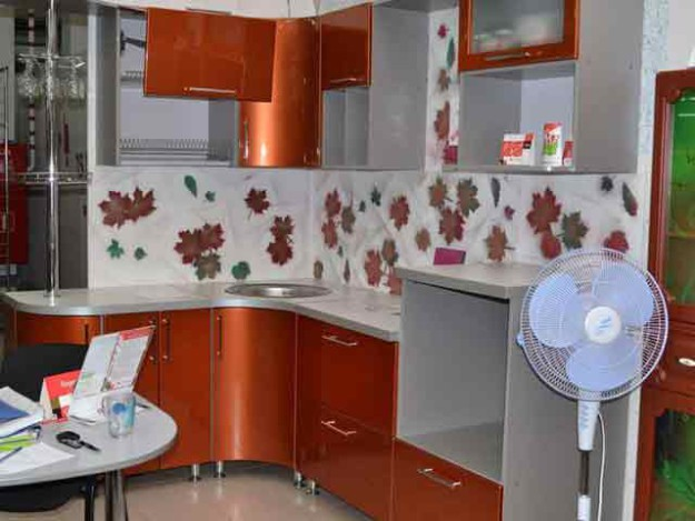 Угловая серо-красная кухня