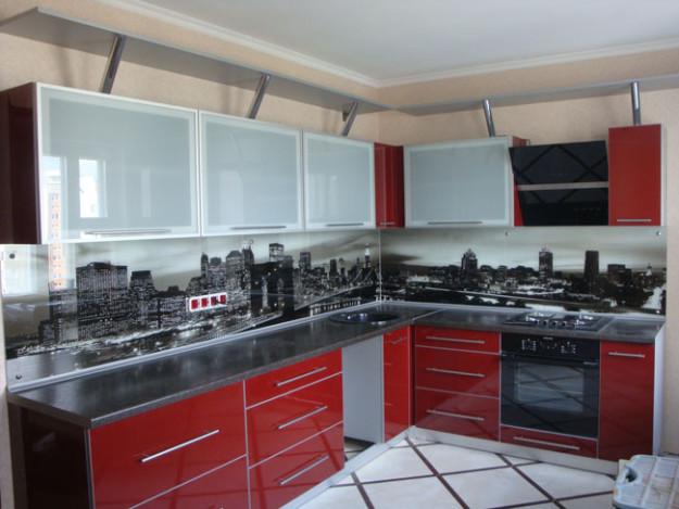 Угловая современная кухня красно-бордового оттенка