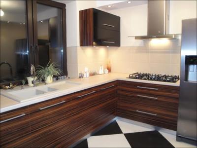 Угловая темно-коричневая кухня