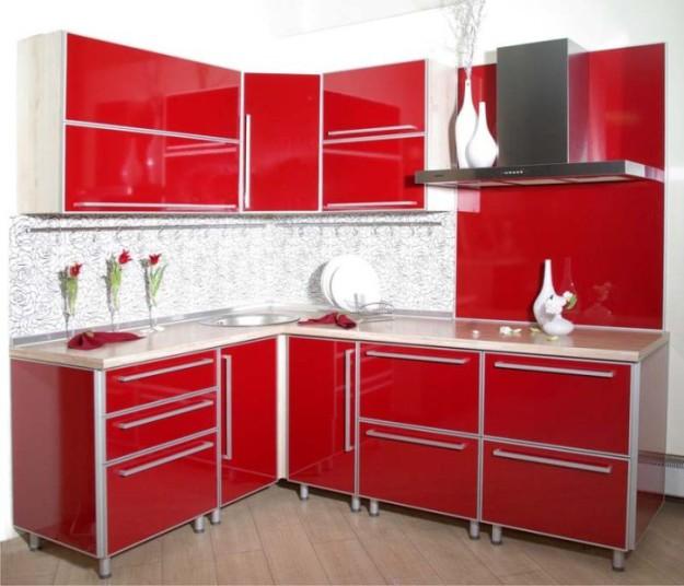Угловая ярко-красная кухня