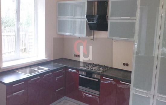Угловой гарнитур для кухни с навесными шкафами