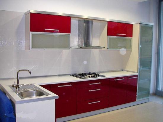 Угловой кухонный гарнитур с комбинированными фасадами
