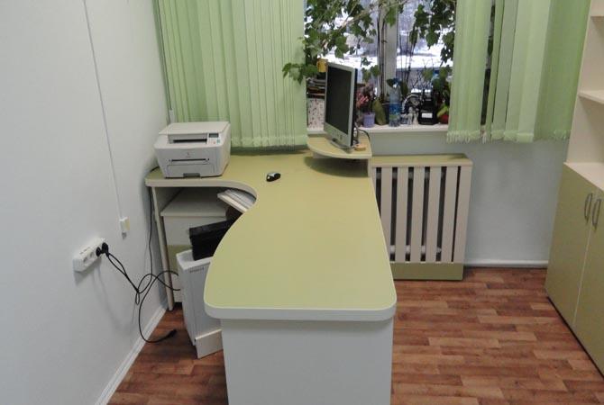 Угловой офисный стол с подставкой для монитора