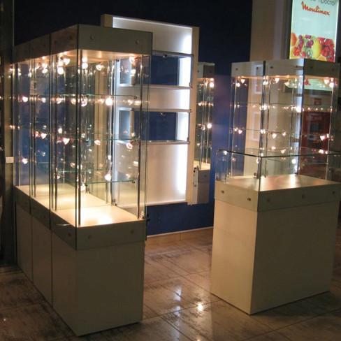Высокие стеклянные витрины на подставке