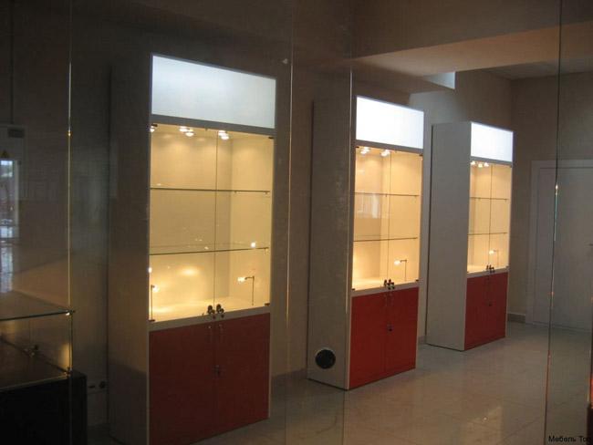 Высокие стеклянные витрины с цветными фасадами