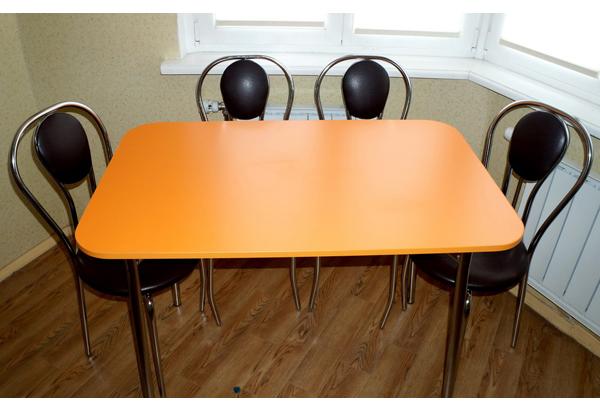Вместительный оранжевый стол