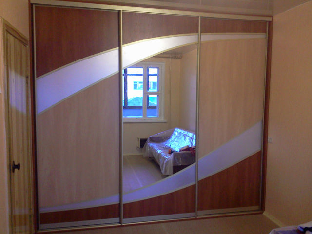 Встроенный шкаф-купе с комбинированным материалом - купить л.